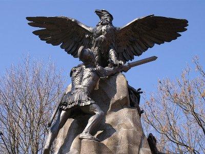 Департамент по культуре не пугают трещины на памятнике с орлами
