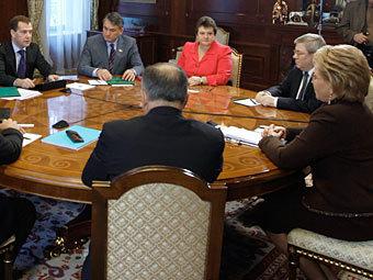 Медведев поручил Совету Федерации разрушить вертикаль власти