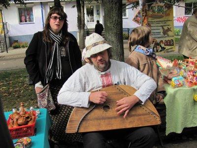 На улице Смоленска гусляры показали прохожим элементы культуры далеких предков