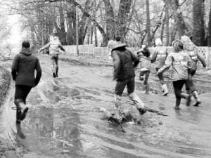Рослальские борцы с бездорожьем совершили марш-бросок по грязи