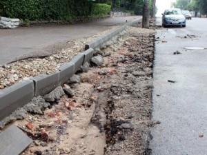 После демонтажа бордюров электроопоры оказались на проезжей части