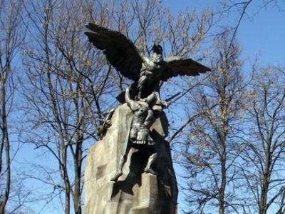 Смоленский памятник с орлами находится в неудовлетворительном состоянии