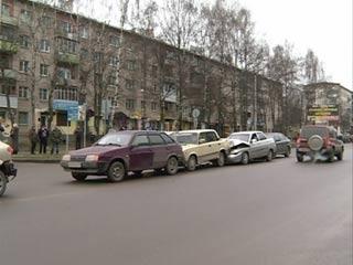 В Смоленске столкнулись сразу шесть машин