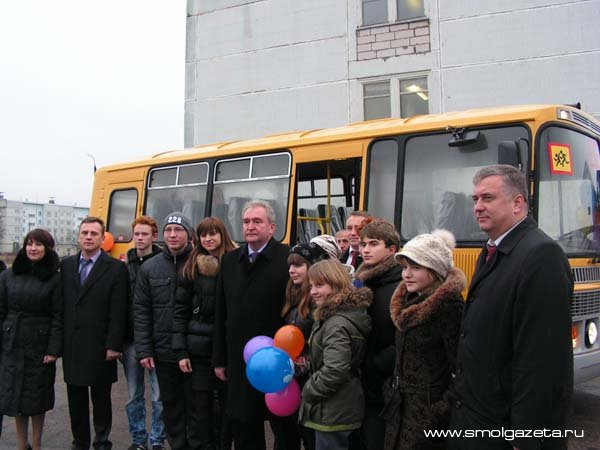 Губернатор Сергей Антуфьев подарил автобус Кардымовской школе