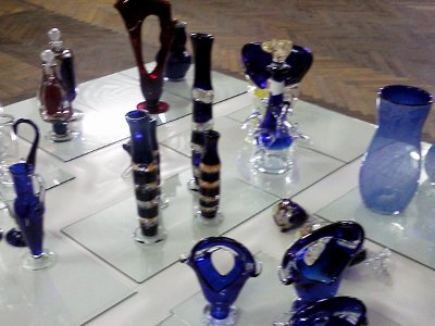 На выставке художника стеклозавода представили выполненную по его эскизам посуду