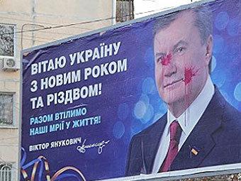 73-летнего украинца задержали за порчу плаката с Януковичем