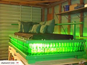 Новозеландец продал на аукционе кровать из пивных бутылок