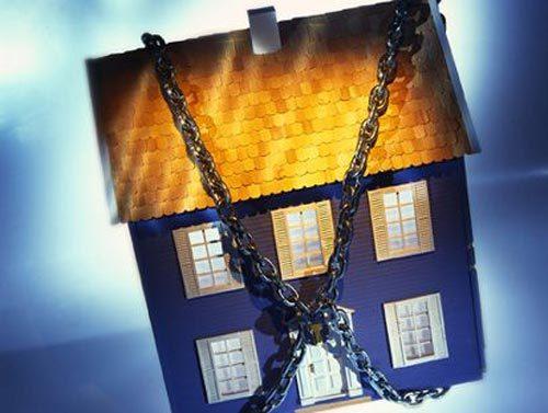 За долги у смолянина арестовали трехэтажный особняк и элитную иномарку