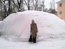 Снежные сугробы во дворах помешали вывезти мусор и спровоцировали автоаварии