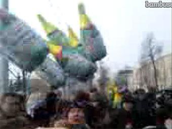 К зданию МВД Татарстана принесли надувные бутылки шампанского
