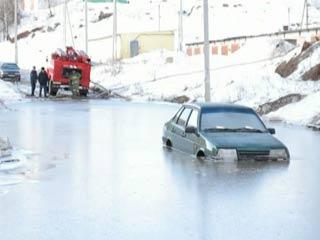 В Смоленске на улице Маршала Еременко утонул автомобиль