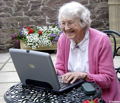 Пенсионеров научат общаться в Интернете