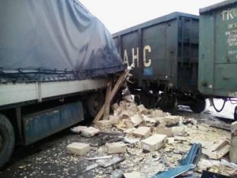 На железнодорожном переезде поезд столкнулся с фурой