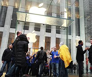 Фанаты штурмом брали магазины Apple