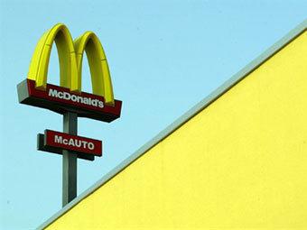 Сотрудника McDonald's арестовали за плевки в чай клиентов
