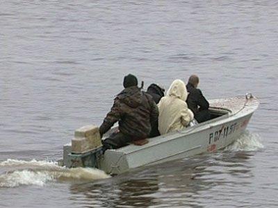 В Дорогобужском районе на затопленной дороге организовали лодочную переправу