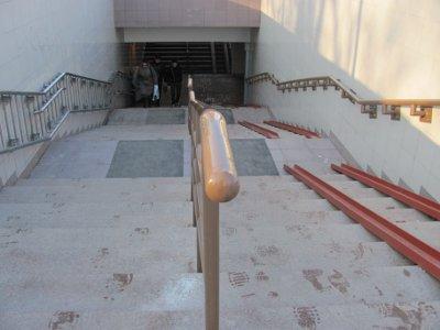 Скользкие лестничные пролеты в подземке на площади Победы сделали безопасными