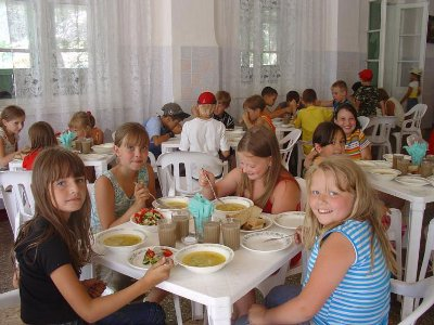 В десятке детских лагерей контролеры выявили нарушения в питании