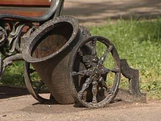 В Смоленске жертвами вандалов стали урны-мортиры