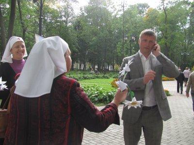 В Смоленске устроили праздник Белого цветка