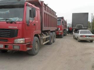 Жители деревни в Смоленском районе ведут войну с грузовиками, разбившими дорогу