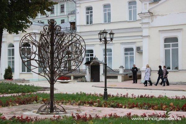 В Вязьме и Смоленске высадили чугунные деревья любви