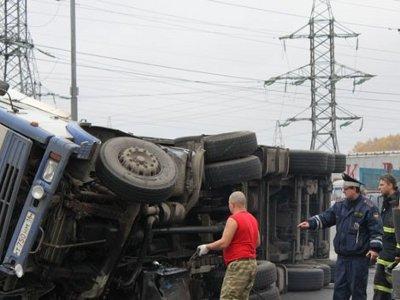 Опрокинувшаяся на Витебском шоссе фура перегородила дорогу