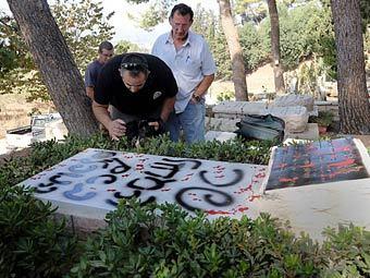 Вандалы исписали оскорблениями могилу Моше Даяна