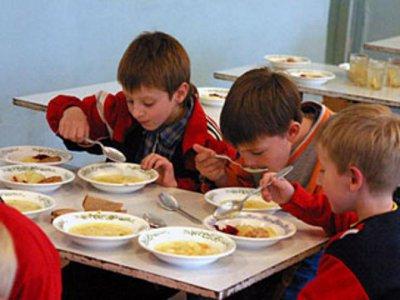 Алашеев развеял слухи о замене горячего питания в школах на московский фастфуд