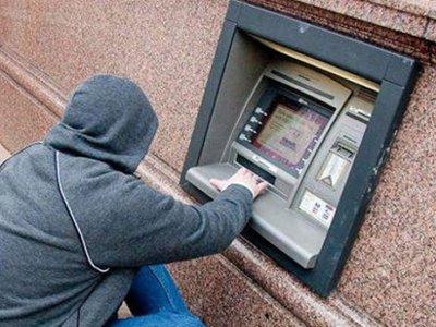 Закоренелых грабителей скрутили при попытке снять деньги с похищенной кредитки