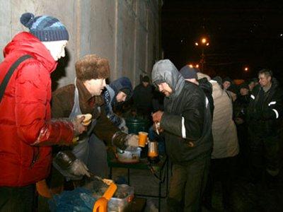 В честь Рождества бездомным устроили на улице праздничную трапезу