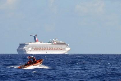 Дрейфующий круизный лайнер не смогли отбуксировать к берегу