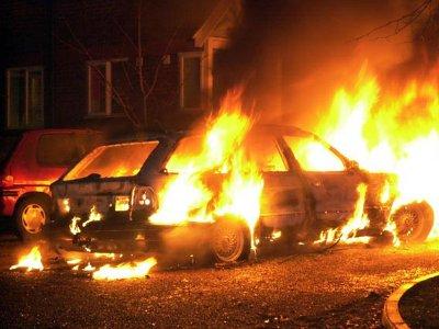 На проспекте Строителей ночью сгорели три иномарки и отечественная легковушка