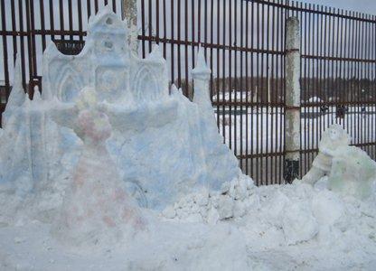 За «колючкой» раскинулся снежный собор Парижской Богоматери