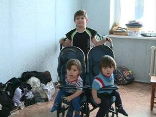 Многодетная семья из Рославля получила новое жилье по распоряжению губернатора