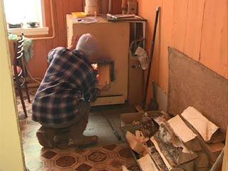 В деревне Артемово жители многоэтажек несколько лет отапливают квартиры дровами