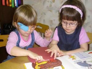 Библиотекари презентовали слепым детям сделанную своими руками тактильную книгу