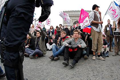 В Париже противников однополых браков разогнали слезоточивым газом