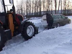 Автомобильное движение в пригородах Смоленска парализовано из-за снегопада