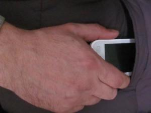 Карманник, вытащивший мобильник из шубы женщины, угодил в руки полиции