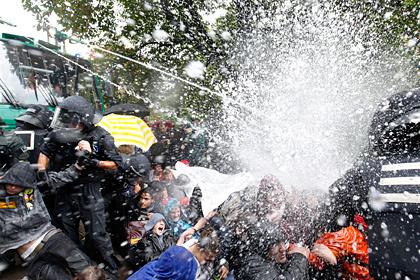 Немецких полицейских привлекут к суду за разгон демонстрантов водометами