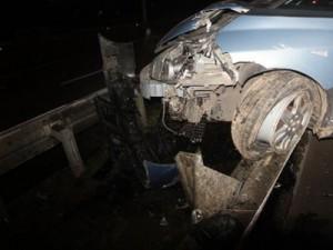 Врезавшись на авто в отбойник, пьяный водитель травмировал девушку-пассажирку