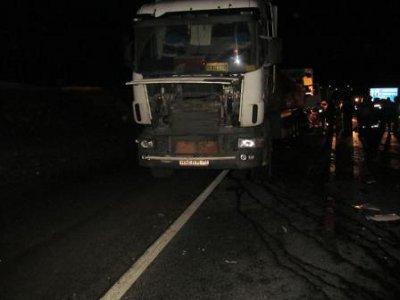 Дальнобойщик погиб, не заметив ночью стоящий на дороге другой большегруз