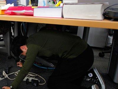 От полицейских, прибывших по сигналу тревоги, почтовый вор спрятался под столом