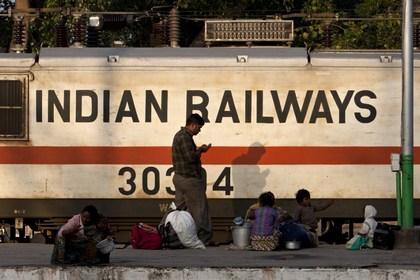 На железной дороге в Индии пострадали десятки человек