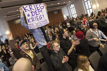 Берлинские студенты сорвали выступление министра обороны