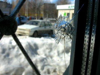 Приемную справедливороссов, предположительно, обстреляли подростки-хулиганы