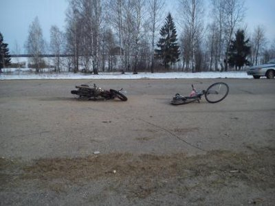 Шумячскую трассу не поделили скутерист и велосипедист