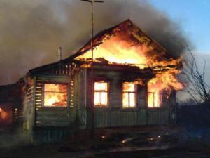 Четверо парней ночью вытащили из горящего дома троих жильцов