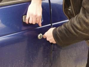 Грабитель перепутал ночью свою машину с чужой и оставил отпечатки пальцев